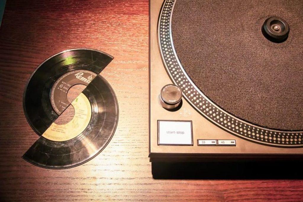 割れたレコード